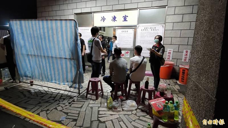 花蓮市立殯儀館冷凍室堆滿冰櫃,等候家屬來認屍。(記者花孟璟攝)