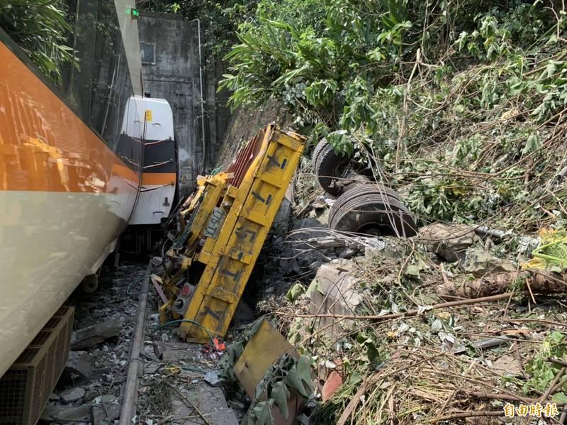 台鐵408次太魯閣號今日於花蓮清水隧道前,因撞擊一輛從邊坡滑落下來的吊卡車,發生出軌事故造成41死亡。(記者王峻棋攝)