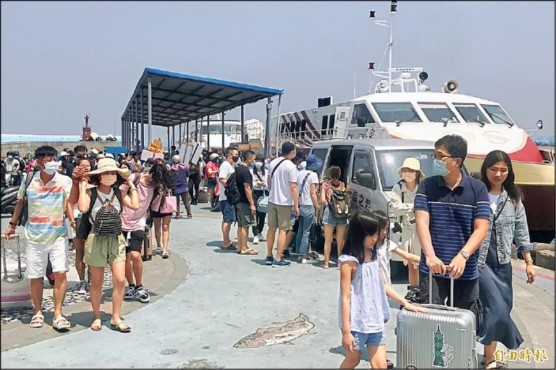 小琉球、墾丁人車滿滿,「台灣祭」現場樂迷不少。(記者蔡宗憲攝)