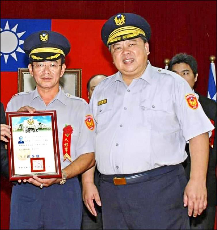 退休官田分駐所副所長楊博賢(左)曾獲南警好人好事代表,與時任警察局長陳子敬(右)合影。(翻攝楊博賢臉書)