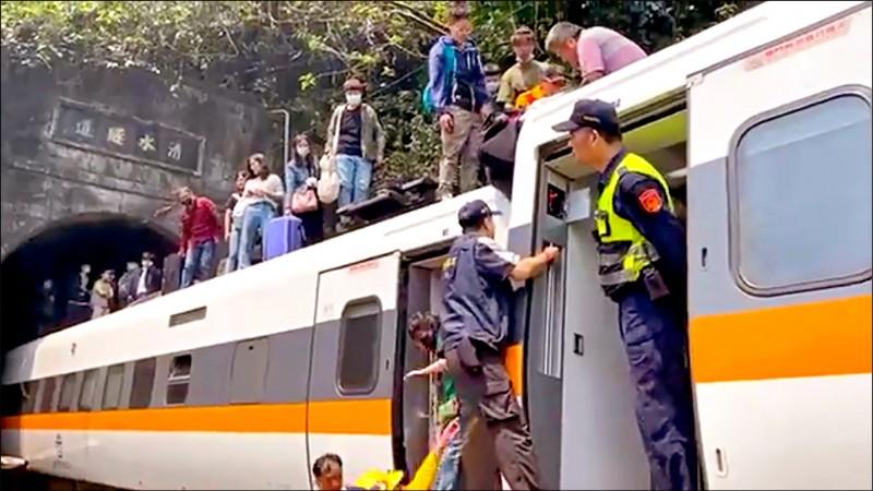 台鐵太魯閣號車廂脫節變形,乘客從車頂脫困。(美聯社)