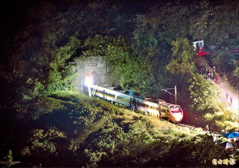台鐵太魯閣號行經「清水隧道」前發生出軌意外,入夜後現場人員仍持續搜救。(記者羅沛德攝)