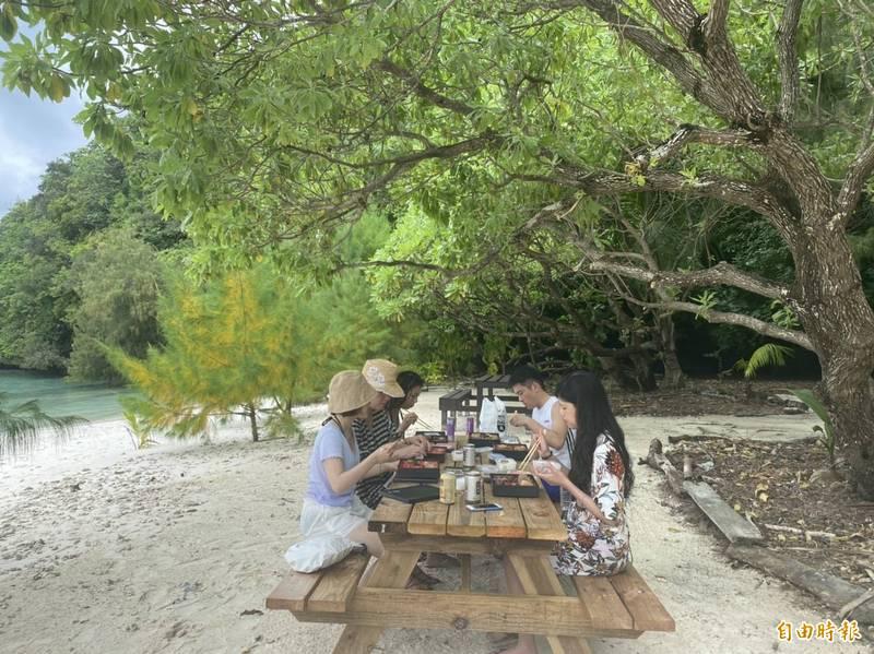 旅客在鯊魚島用餐。(記者蕭玗欣攝)