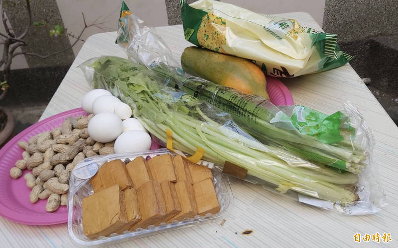 民俗專家廖大乙建議,花生、水煮蛋、木瓜、芹菜、韭菜、豆干、餅乾,都是不錯的祭祖食品和食材品項。(記者陳鳳麗攝)
