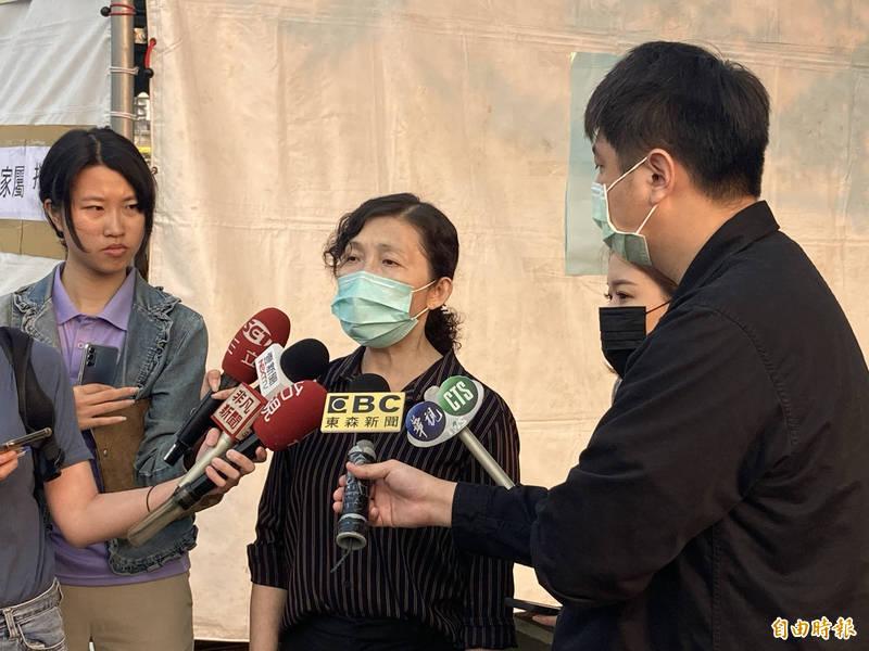 花蓮縣地檢署檢察長俞秀端今早受訪表示,目前有42名遺體已確認身分,其他軀骸不完整者,清晨已由飛機送至台北進行DNA鑑定。(記者闕敬倫攝)