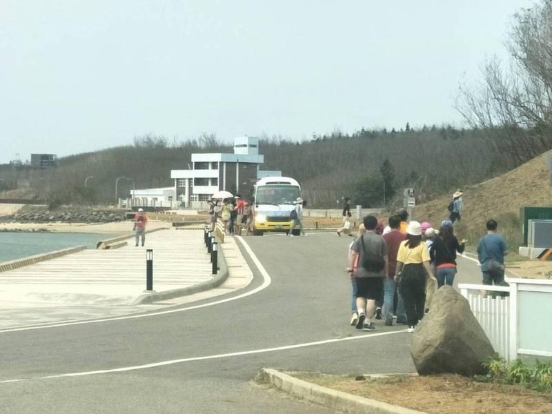 台灣好行公車被民眾直擊,未依規定在停車場放下乘客,就近在景點區讓乘客下車。(民眾提供)