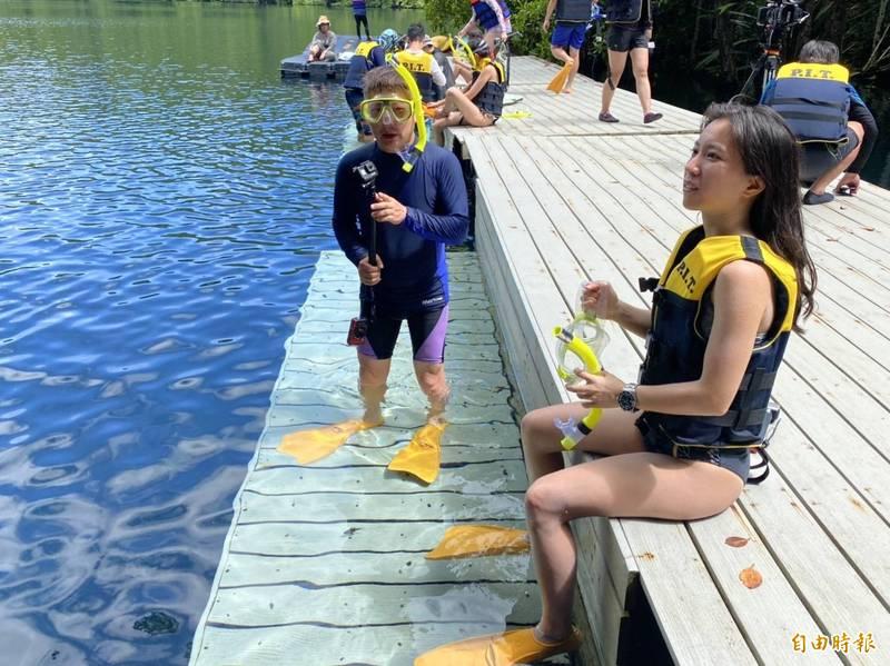 旅客準備前往水母湖。(記者蕭玗欣攝)