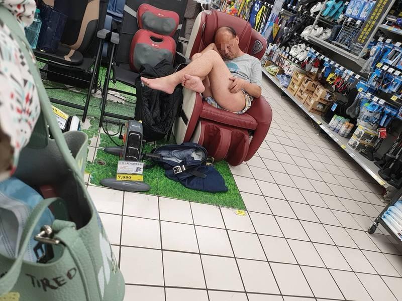 1名女子在賣場看見大叔脫掉褲子在按摩椅上睡覺。(圖取自爆廢公社)