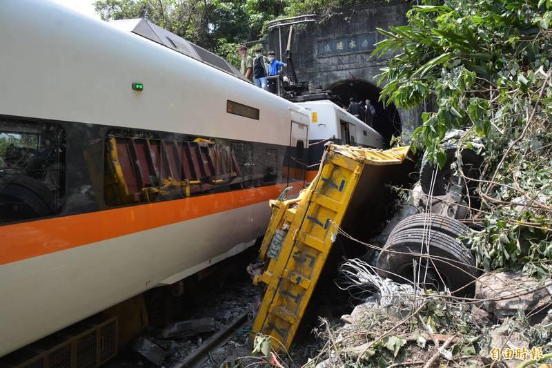 太魯閣號撞上從邊坡墜落的工程車,出軌釀成重大傷亡。(記者王峻祺攝)