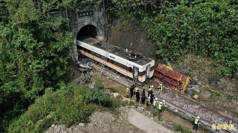 台鐵408次太魯閣號行經花蓮秀林鄉的「清水隧道」,疑因一輛工程車從山坡滑落釀出軌意外,造成重大死傷,工程單位3日著手進行事故車廂拖移作業。 (記者羅沛德攝)