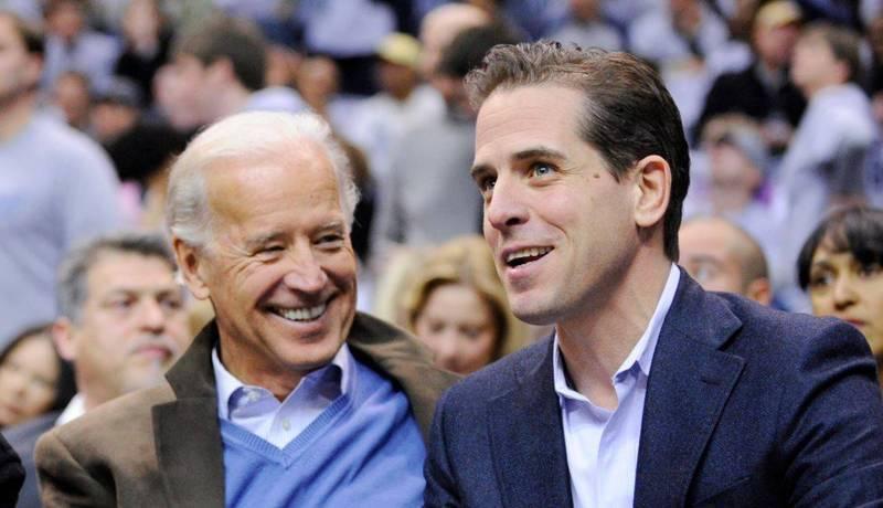 拜登(左)與次子杭特(右)2020年總統大選期間爆發「電郵門」風波。(美聯社檔案照)