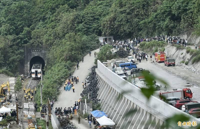 台鐵太魯閣號出軌造成51死187傷,花蓮縣政府公布最新的傷者名單。(記者羅沛德攝)