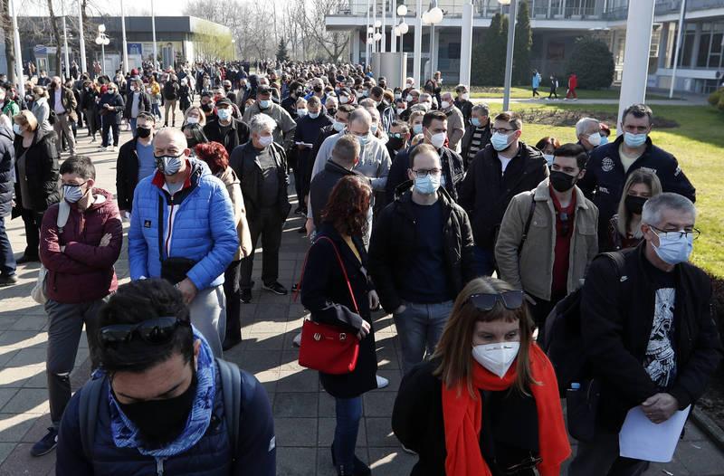 塞爾維亞首都貝爾格萊德的疫苗中心,上週末湧進數千名鄰近國家的民眾欲接種疫苗。(美聯社)