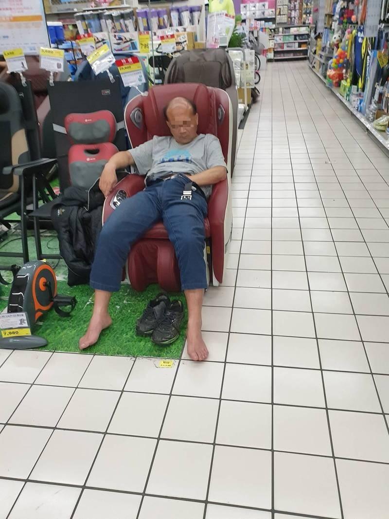 大叔穿起褲子後,把手探入褲子裡面撫摸下體繼續睡。(圖取自爆廢公社)