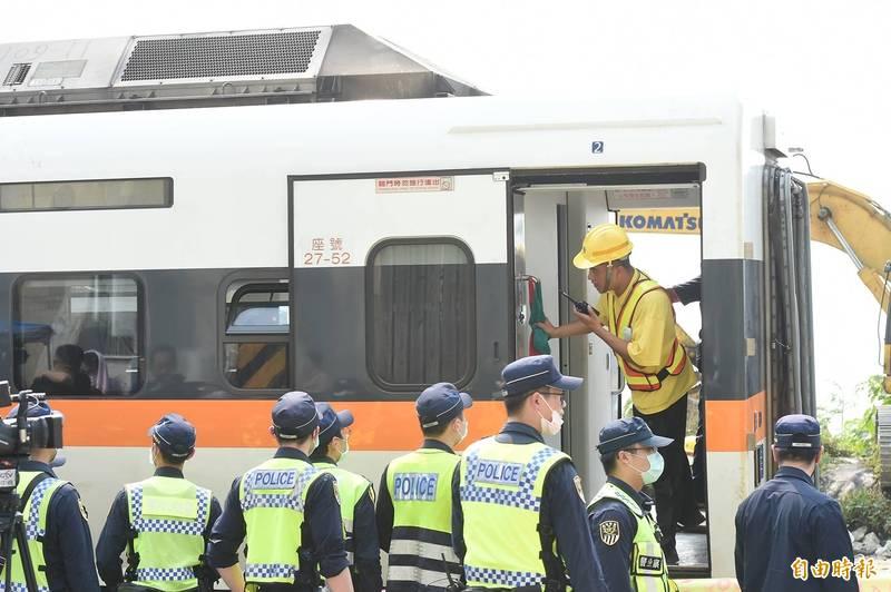 台鐵408次太魯閣號行經花蓮秀林鄉的「清水隧道」,疑因一輛工程車從山坡滑落釀出軌意外,造成重大死傷,工程單位今3日將事故車廂拖移。(記者塗建榮攝)