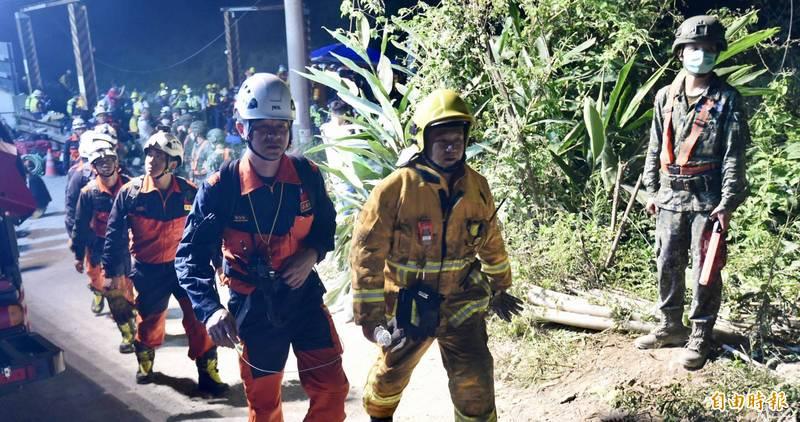 許多救難人員參加太魯閣號救援行動,網友們相當感動。(資料照)