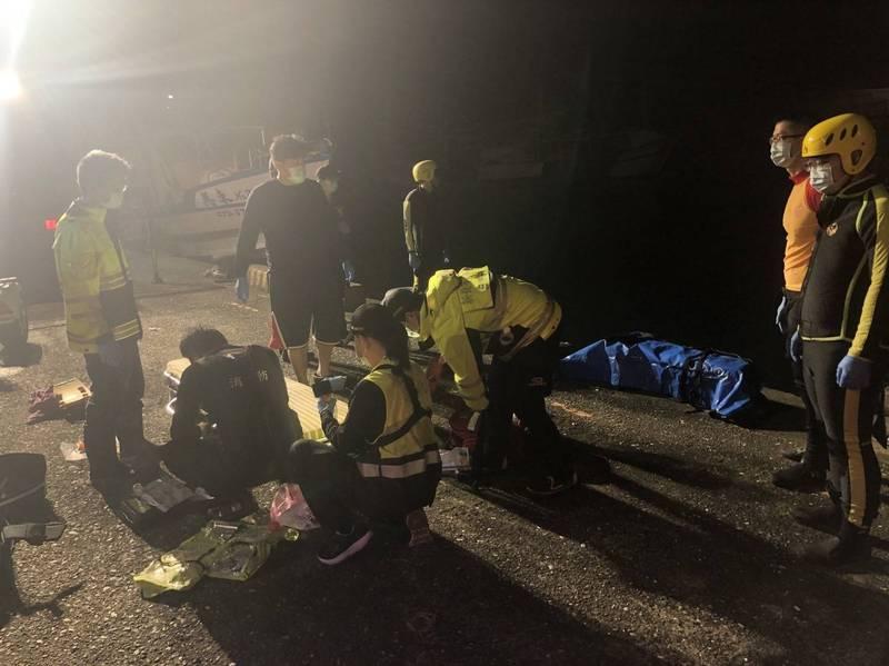 搜救人員將高男救起時已無生命徵象。(記者吳昇儒翻攝)