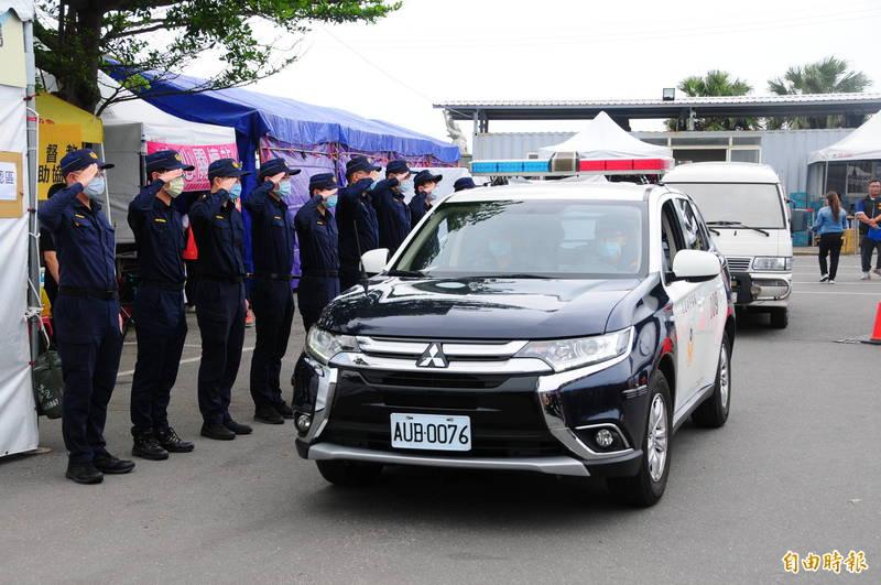 今天上午罹難者遺體由花蓮警方前導將護送回到新北市,出發前接受警員最後敬禮。(記者花孟璟攝)