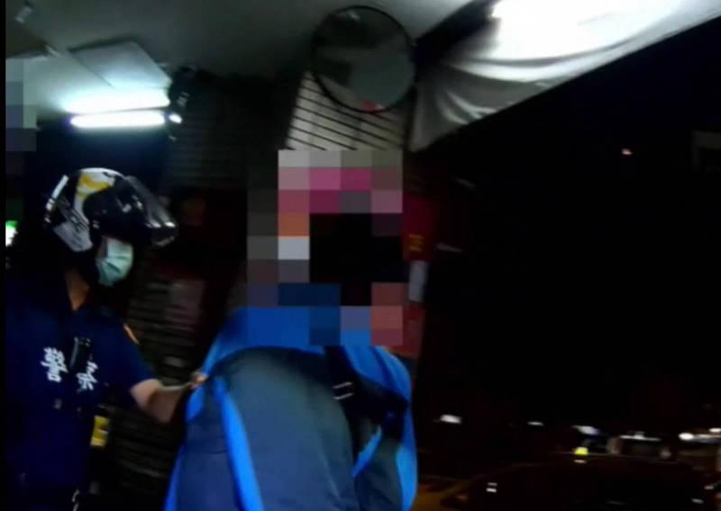 警方火速趕到將涉嫌打人的移工帶回究責。(記者許國楨翻攝)
