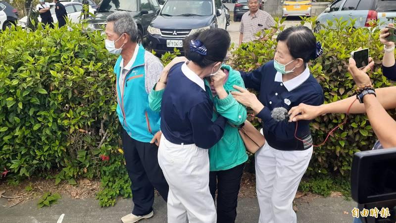 警護送罹難者遺體返鄉,家屬泣不成聲。(記者陳賢義攝)