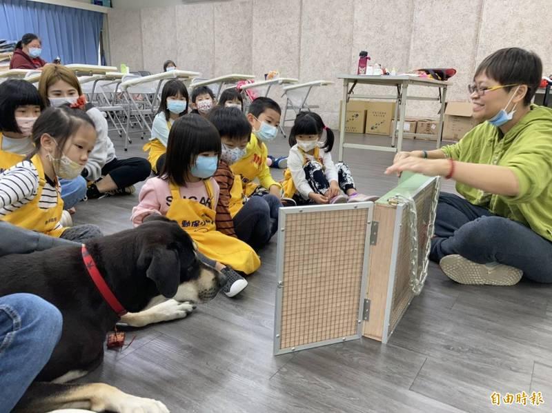 孩童們參訪毛寶貝生命教育園區,藉由繪本導讀深化愛護動物的觀念。(記者賴筱桐攝)