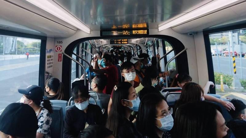 高雄輕軌連假前兩天,日運量各自突破兩萬大關,較去年同期日運量4700人次大幅成長4.2倍,圖為輕軌車廂爆滿場景。(高捷提供)