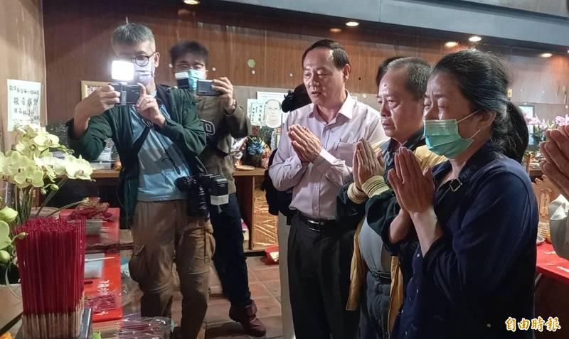 痛失愛女的蔡媽媽(右1)在女兒靈前悼念。(記者江志雄攝)