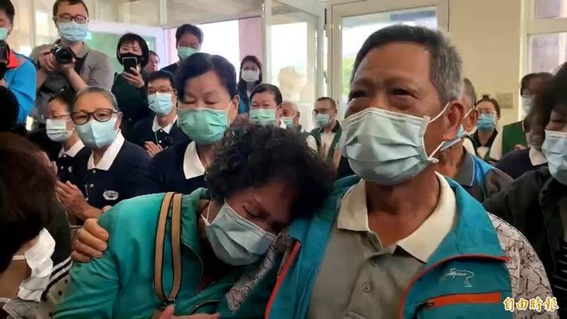 獸醫師陳盈靜搭上死亡列車罹難,遺體今早運回台東,陳母悲痛的癱倒在陳父胸膛。(記者陳賢義攝)