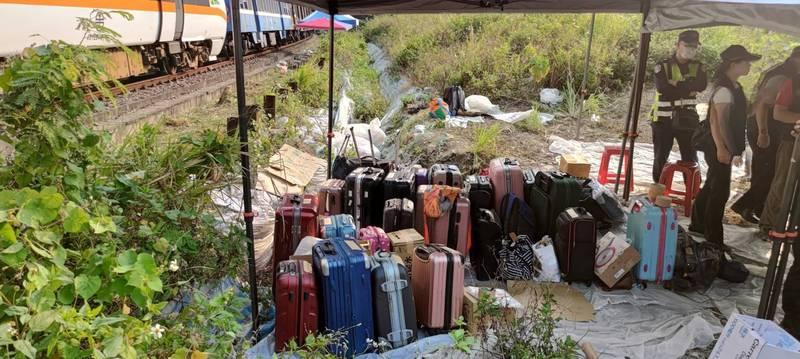 事故現場找到許多行李。(記者王冠仁翻攝)