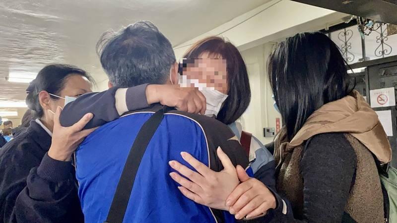 最小罹難者4歲陳小妹的楊姓阿嬤,抱著丈夫陳金成崩潰哭喊「沒了兩個」。(記者魏瑾筠攝)