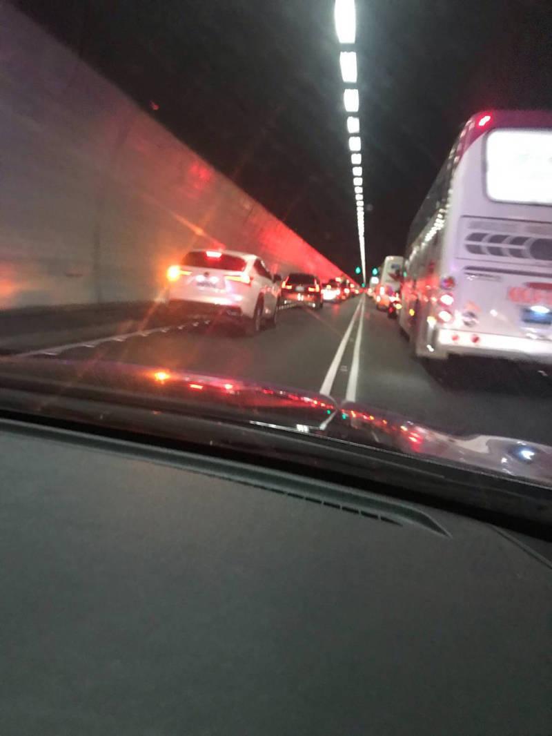 警方在雪隧內一路響鳴警報器,兩道車輛均配合靠旁成了「摩西分海」。(記者魏瑾筠翻攝)