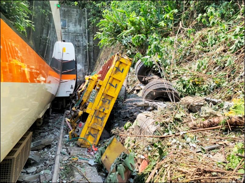 台鐵太魯閣號出軌事故釀51死、188傷。 (記者王錦義翻攝)