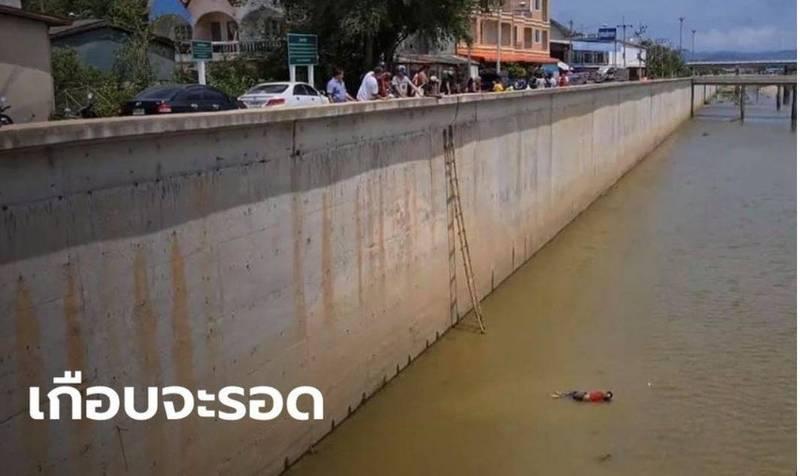 日前泰國一名毒販,在被警方追捕之際,試圖跳進水渠中脫逃,卻因水位過淺,當場摔斷雙腿而遭逮捕。(圖擷取自《泰國頭條新聞》)