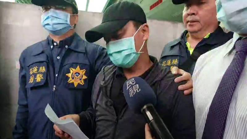李義祥(中)今天下午在律師陪同下,從家裡出發到法院前趁機會向社會大眾鞠躬致歉。(記者王錦義翻攝)