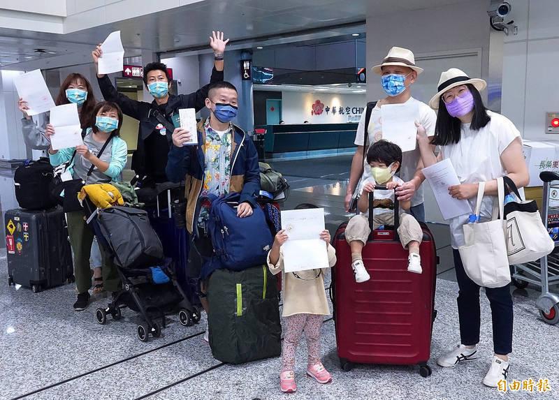 帛琉旅遊泡泡第二團團客取得檢驗報告後開心前往華航櫃台辦理報到。(記者朱沛雄攝)