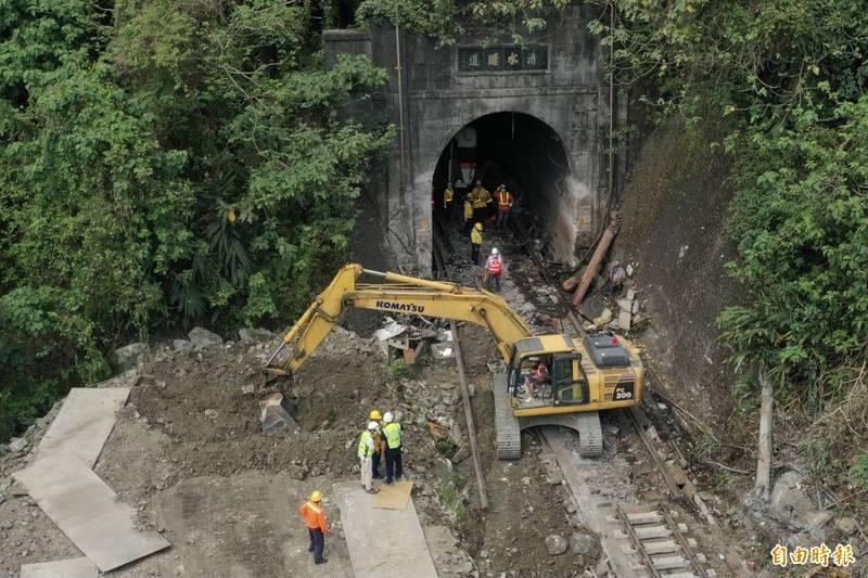 台鐵408次太魯閣號出軌事故迄今第3天,卡在清水隧道口的第3車廂4日清晨已拖離隧道,上午交通部長林佳龍與現場工作人員一同進入隧道查看。(記者塗建榮攝)