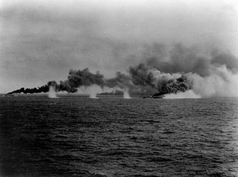 薩馬島海戰期間,「塔菲3號」驅逐艦冒著日軍砲火衝鋒施放煙霧掩護護衛航艦。(圖擷自Wiki)