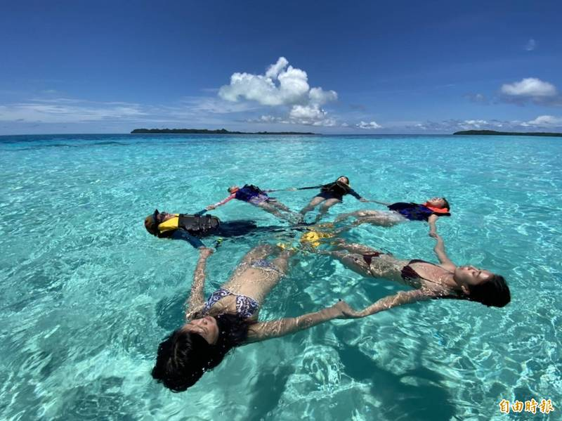 帛琉旅遊泡泡首發團體驗當地清澈的海水。(記者蕭玗欣攝)