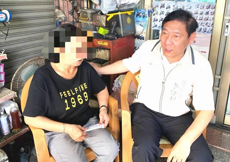 關廟區長李賢村(右)先向罹難者蔡慧鵑的阿嬤致哀,並送上慰問金。(讀者提供)