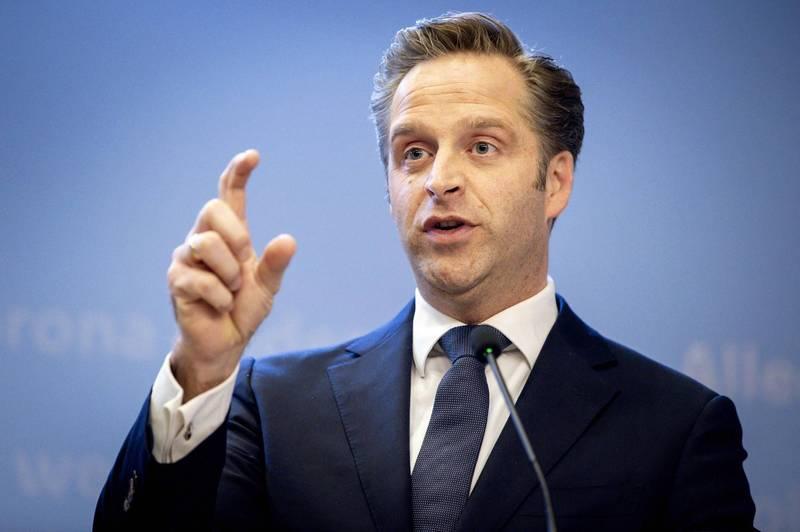 荷蘭衛生部長迪瓊(見圖)表示,「暫時停止是一種預防措施」。(法新社)