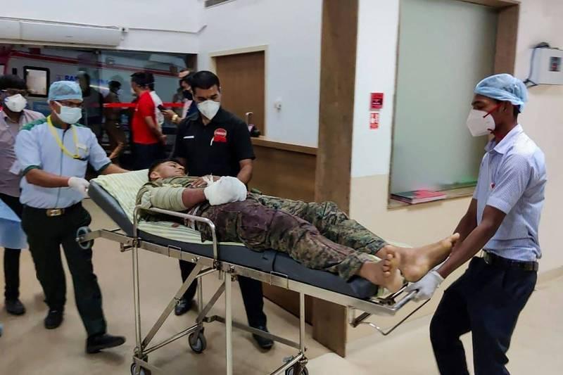 印度中部日前傳出毛澤東思想的毛派暴力組織(Maoist)突襲當地警察部隊,目前至少有22名警察在突襲中遭殺害。圖為一位因與毛派突襲者打鬥,而受傷的警察,正被送進醫院治療。(法新社)
