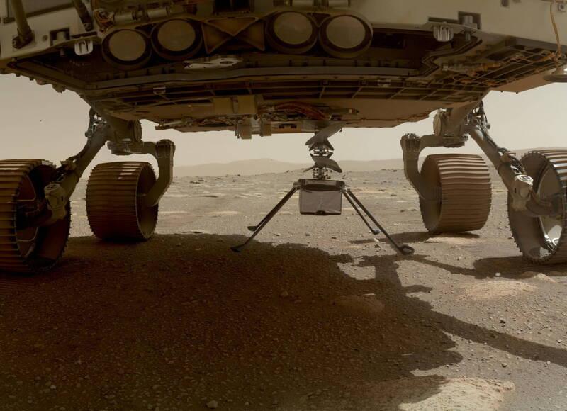 火星直升機「機智號」被固定在探測車「毅力號」的車底。圖為「機智號」尚未落地前。(歐新社)