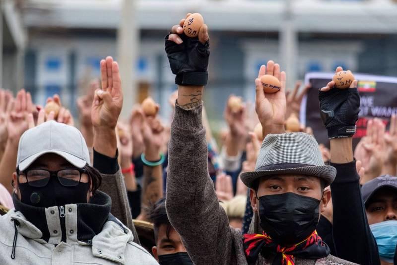緬甸反政變抗爭持續,示威者今天用畫上反抗圖樣的復活節彩蛋,進行最新一波抗議。(法新社)