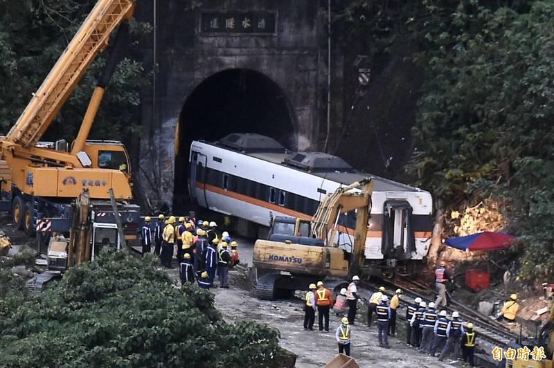 台鐵408次太魯閣號列車2日撞上從邊坡滑落的工程車,造成出軌重大傷亡。運安會取得事故前影像,初步推算,列車駕駛看到軌道上的工程車時只剩約250公尺距離,反應時間可能僅6.9秒。(記者塗建榮攝)