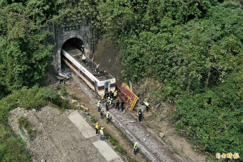 從列車裝置所拍到的影像,清水隧道前還有一個隧道,2個隧道的距離非常短,408 次列車從前一個隧道出來後,駕駛肯定有看到軌道上有異物,但反應時間不到10秒鐘。(記者羅沛德攝)