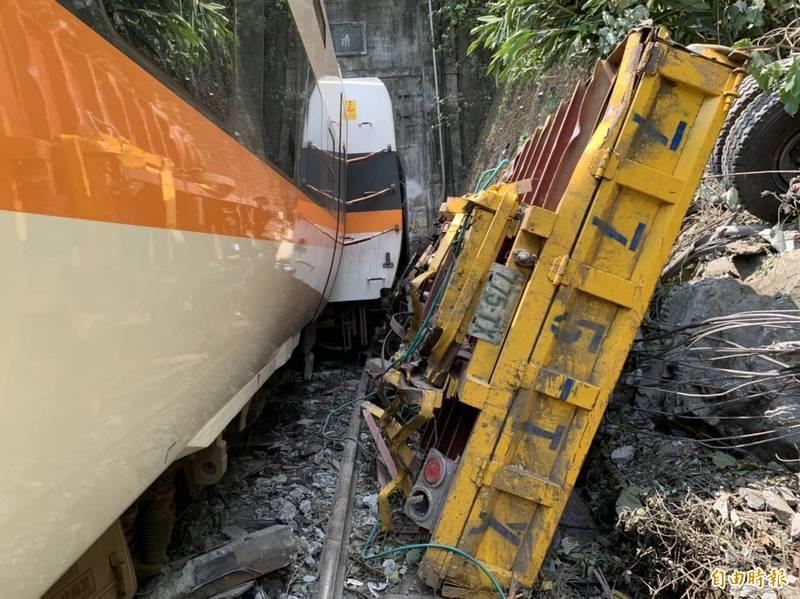 國家運輸安全調查委員會已下載完事故列車第8車對外的行車紀錄器影像,影像中能看見工程車在列車通過前,已橫擋在軌道上。(資料照)