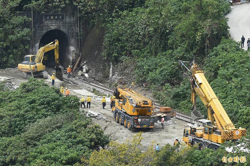 台鐵408次太魯閣號出軌事故迄今第3天,卡在清水隧道口的第3車廂今(4日)清晨已拖離隧道,隧道口有明顯擦撞痕跡,目前搶通作業持續進行。(記者塗建榮攝)