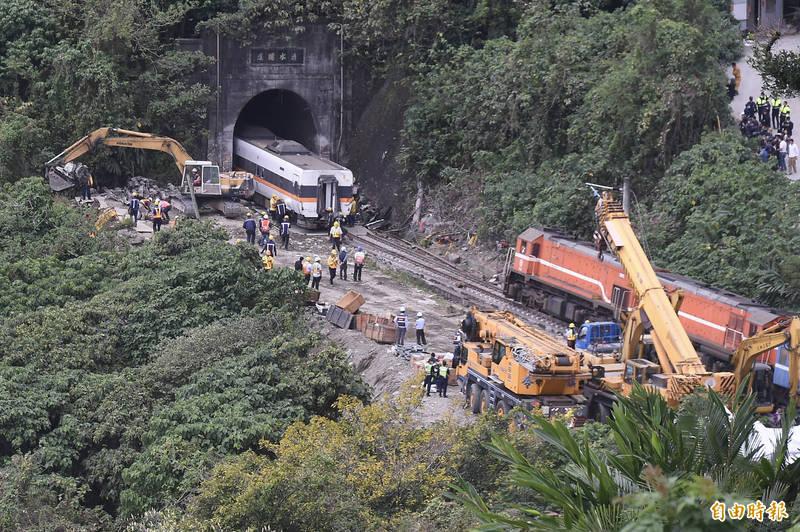 台鐵408次太魯閣號出軌事故迄今第3天,卡在清水隧道內的第4車廂今4日下午正在拖離隧道,目前搶通作業持續進行。(記者塗建榮攝)