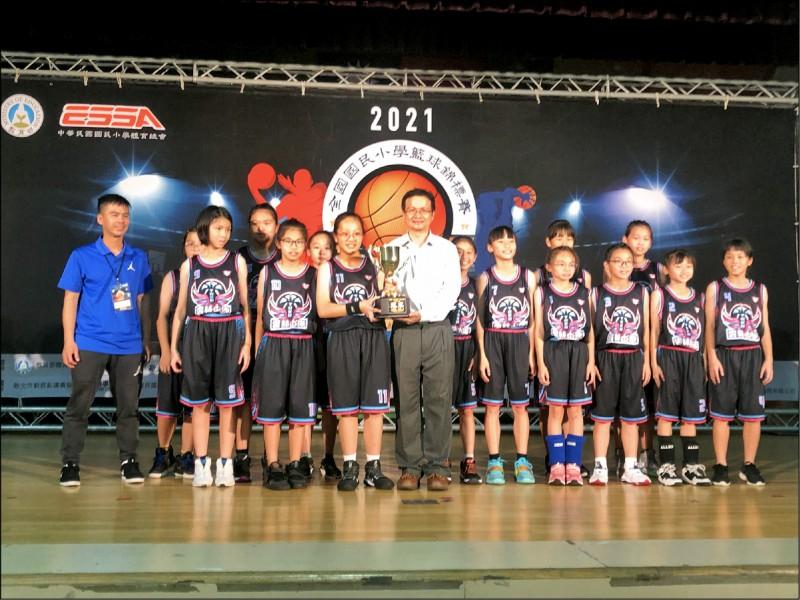 土庫國小女籃隊拿下2021全國國小女籃冠軍。(土庫國小提供)