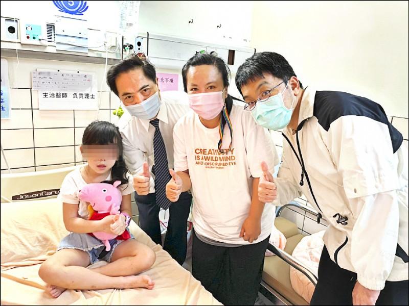 林小妹妹(左)抱著佩佩豬出院。(花蓮慈濟提供)